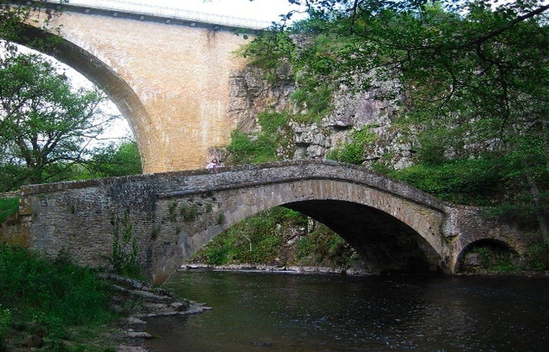 Prachtig gelegen dorpje, waar de rivier de Cure in de diepte langsstroomt.